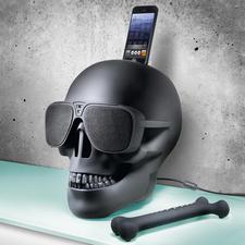 Assortie à la tête de mort, la télécommande tendance en forme d'os, comprise dans la livraison.