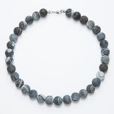 Collier d'agates - Agates de couleur gris-bleu dotées d'une structure gravée très originale. Chaque collier est une pièce unique.