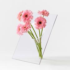Le vase de table gracile est un beau point de mire sur une enfilade …