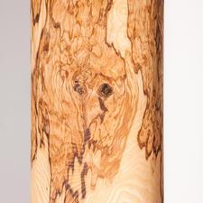 Contrairement au frêne standard, le frêne olivier, de par son âme en olivier, a un aspect moiré particulièrement caractéristique.