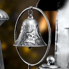 Richement détaillé, avec une cloche et des ornements sur la chaudière.