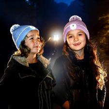 Bonnet réflecteur Twinkle Kid® - Visibilité optimale dans la pénombre grâce à des fibres à effet réflecteur incluses dans le pompon & revers.
