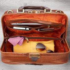 Un compartiment latéral à glissière et deux poches ouvertes permettent d'accéder rapidement à vos clefs, tickets, votre smartphone ...