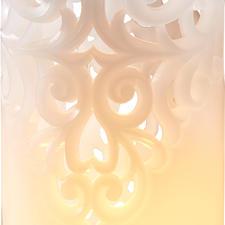 Le motif à vrilles décoratives en trois dimensions rappelle les précieux poignets en dentelle.