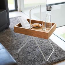 Table-plateau Emil - Design rétro tendance, lauréat du prix « FORM 2017 ». En précieux bois de chêne et aluminium.