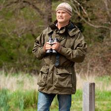 Simon Kingest un célèbre spécialiste de la nature (né en 1962), réalisateur et cadreur de télé britannique, photographe et animateur, nommé en 2009 «Order of the British Empire» pour son mérite en faveur de la protection de la vie sauvage.