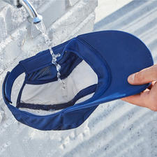 Imbibez le non-tissé d'eau: l'évaporation rafraîchit votre tête.