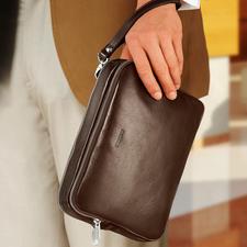 La dragonne en cuir vous permet de porter le sac confortablement au poignet.