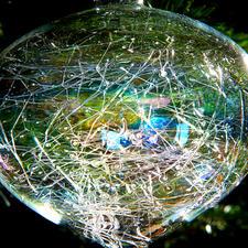 Un tissé ultra-fin différent dans chaque boule de verre - chacune est une pièce unique.