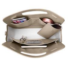 Six compartiments intérieurs pour vos cartes, ainsi que vos stylos, matériel de bureau, smartphone, poudrier... Avec étui à lunettes séparé.
