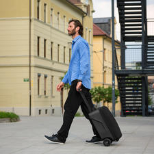 Forme une valise standard une fois le repose-pied rabattu.