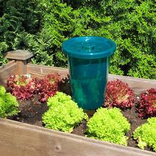 Se remplit avec l'eau de pluie: des ouvertures dans le couvercle laissent l'eau de pluie s'écouler facilement dans les réservoirs.