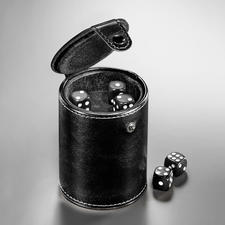 Particulièrement pratique: le compartiment à dés intégré dans le fond du gobelet.