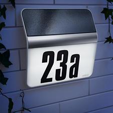 Lampe pour numéro de maison XSolar - Emmagasine jusqu'à 12 nuits de réserve d'énergie. Sans alimentation électrique et résistante aux intempéries.