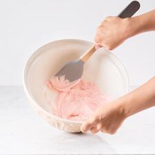 Avec la maryse en silicone, plus rien ne reste dans le saladier.
