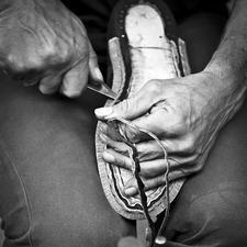 Semelle et talon sont montés successivement, une couche de cuir après l'autre, puis collées l'une à l'autre.
