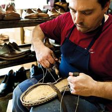Trépointe en cuir, semelle de propreté et tige en cuir sont soigneusement cousues les unes aux autres à la main.