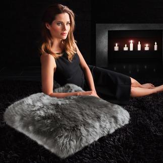 Coussin en fourrure d'agneau Doux comme une caresse, il décore votre canapé ou se mue en confortable coussin de sol.