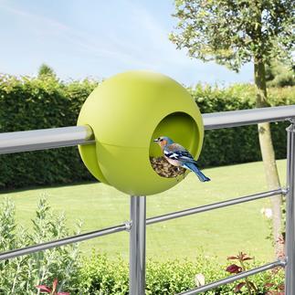 Mangeoire Birdball Astucieux objet design en synthétique : à poser sur la balustrade et remplir de graines.
