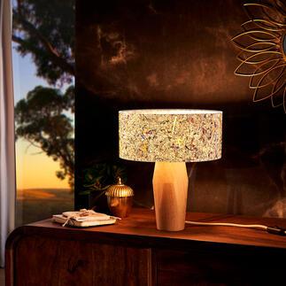 Lampe de table en pin cembro et foin des alpages Une luminosité confortablement chaleureuse. Une fluidité bénéfique. Et le bien-être magique des montagnes du Tirol. En exclusivité chez Pro-Idée.