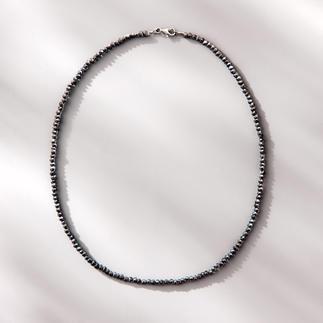 Collier spinelle Black & Black Étincelant comme des diamants bruts de couleur noire : le fin collier de rare spinelle noir.