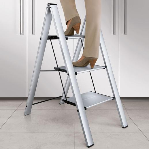 Escabeau italien Plus sûr (et plus beau) : avec  marches extra-larges. Se replie sur une épaisseur de seulement 4 cm.