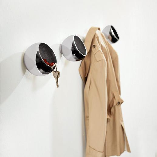 Patère boule À la fois porte-manteau, rangement et objet design.