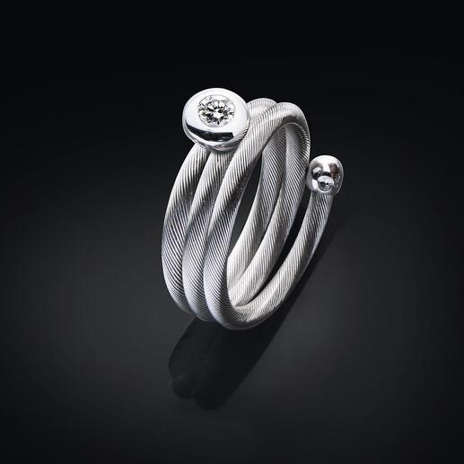 Bague spirale ou Collier câble brillant Parfaitement mis en scène : le précieux solitaire brillant sur un collier câble puriste.