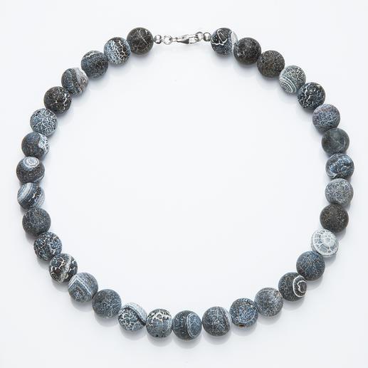 Collier d'agates Agates de couleur gris-bleu dotées d'une structure gravée très originale. Chaque collier est une pièce unique.