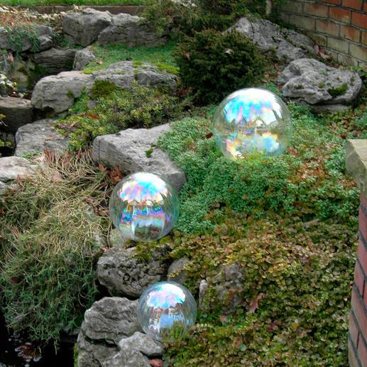 Telles de véritables bulles de savon, ces bulles en verre reflètent la lumière et la subliment.