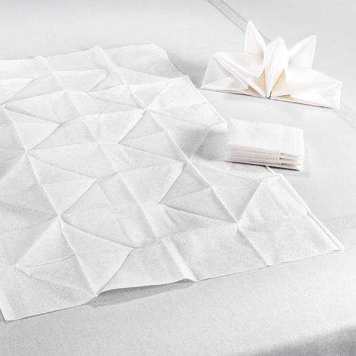 Au lieu des habituels 33 x 3 cm, ces imposantes serviettes origami mesurent 60 x 40 cm.