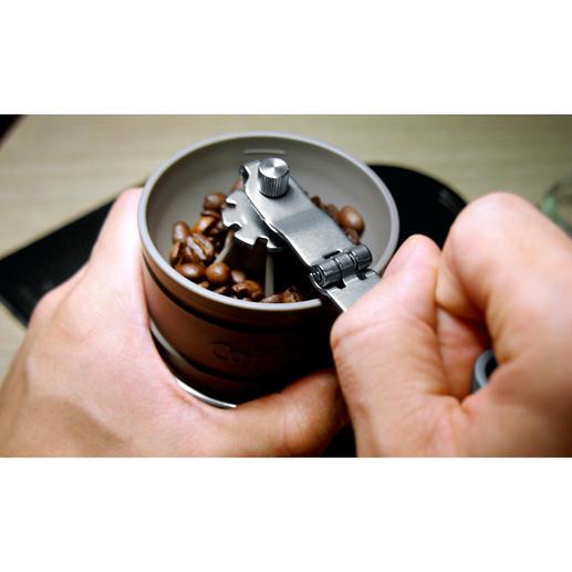 La poudre de café atterrit automatiquement dans le filtre permanent en acier inox.