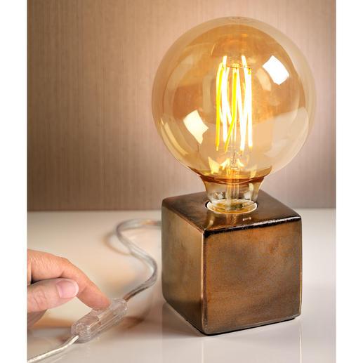 Lampe Villeroy & Boch 3 tendances réunies en un seul objet : ampoule XXL au style rétro, couleurs métallisées et forme géométrique.