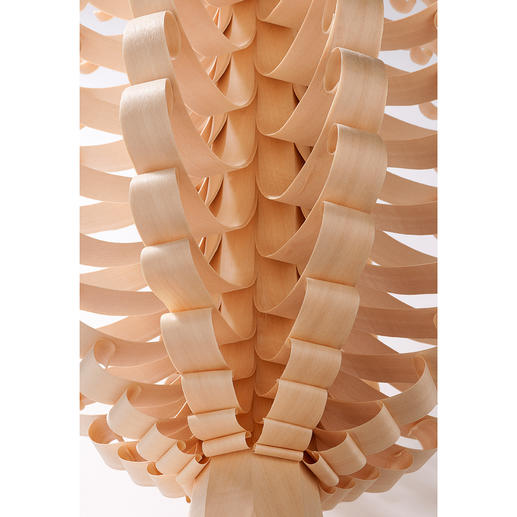 Travail artisanal soigné: le cône en bois est «épluché» à la main, copeau après copeau.