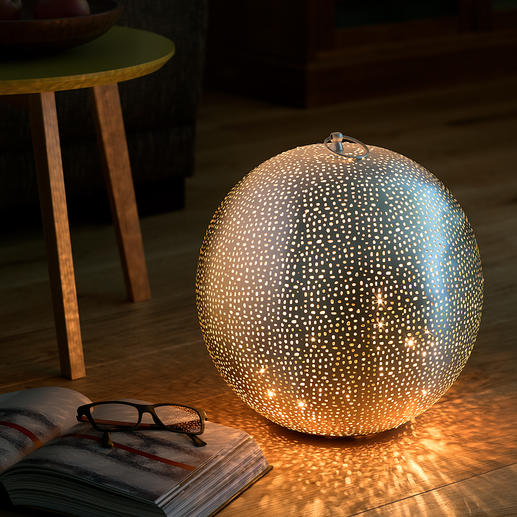 Sphère lumineuse orientale Une pièce unique au charme oriental, en métal perforé à la main.