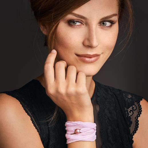 Bracelet d'amitié de luxe Pearl Style Le bracelet d'amitié populaire. Mousseline de soie teinte à la main, ornée d'une précieuse perle de culture.
