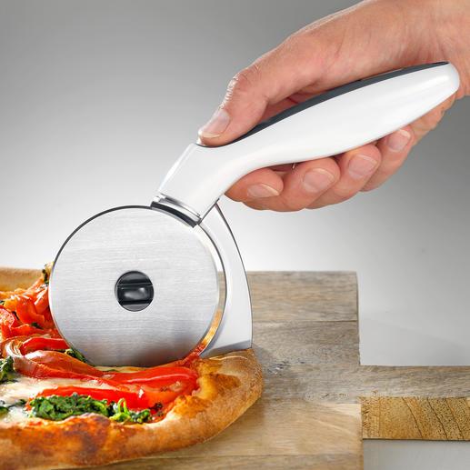 Trancheur à pizza avec coupe-bords Coupe la pizza jusque dans le moindre recoin du plat de cuisson.