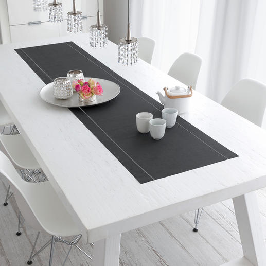Un point d'attraction sur votre table : le chemin de table en coton décliné en gris anthracite intemporel.