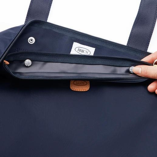 La poche intérieure se fixe à l'intérieur du compartiment principal au moyen de 2 boutons pression.