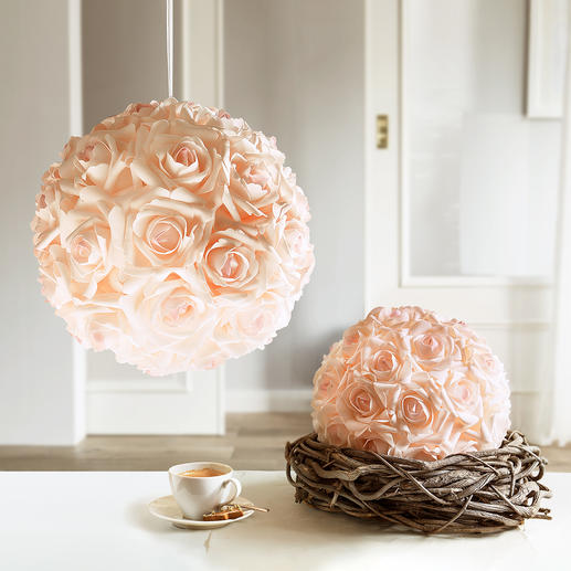 Boule de roses - Beauté intemporelle d'une boule de roses qui paraît fraîchement arrangée.