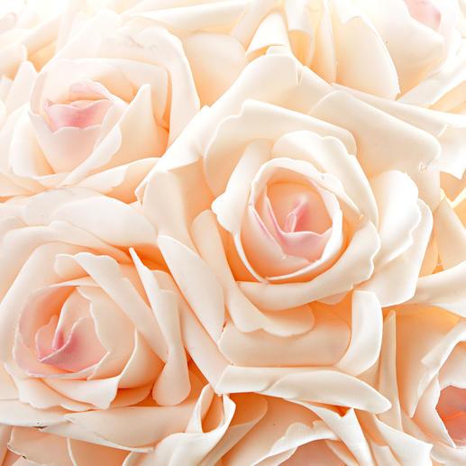 Réplique fidèle: les roses semblent récoltées au plus beau stade de leur floraison.