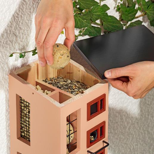 Enlevez simplement le toit incliné pour remplir aisément les compartiments à nourriture.