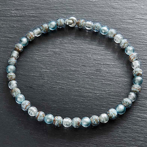 Collier en perles de Murano «Perles de glace» Splendeur vénitienne : l'éclat de l'or blanc saisi dans des perles en verre de Murano.