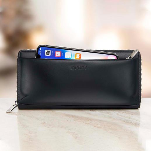 La pochette extérieure doublée et fermée par une glissière peut accueillir un smartphone.