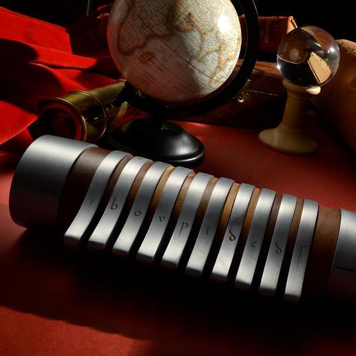 Un objet rare et raffiné: fine fleur de l'artisanat, en bois de noyer noble et aluminium.