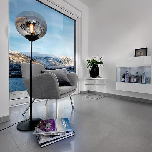 Lampadaire Drop Trois tendances réunies dans une seule lampe : style moderne milieu du siècle, verre teinté et objet lumineux surdimensionné.