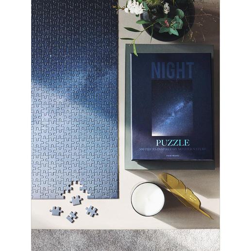 Le motif «ciel nocturne» montre la profondeur infinie d'un ciel étoilé aux multiples teintes nocturnes subtilement dégradées.