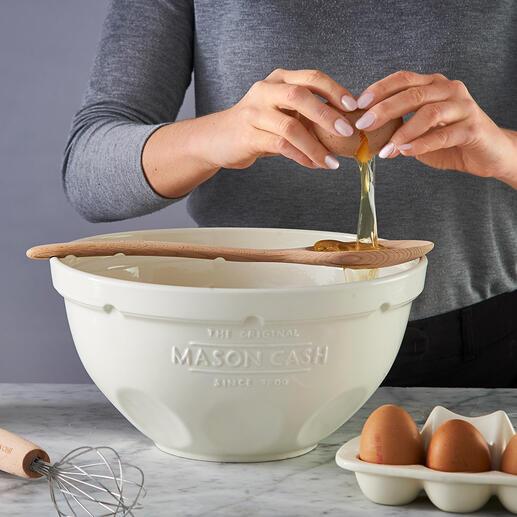 Les rainures au dos de l'ustensile maintiennent la cuillère au bord du saladier. Le blanc d'oeuf peut directement tomber dans le bol mélangeur lors de la sépration d'avec le jaune d'oeuf.