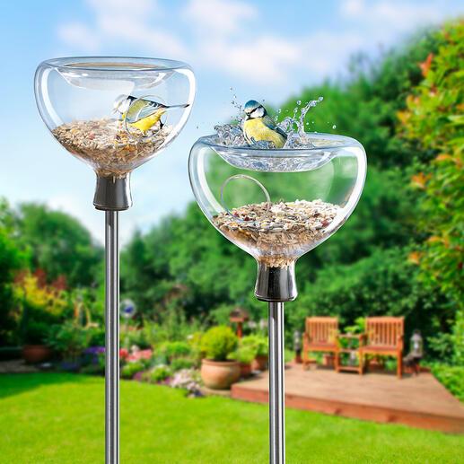 Mangeoire en verre avec bassin pour oiseaux Une mangeoire protégée, un bassin rafraîchissant et pour vous, un spectacle fascinant. Par Eva Solo/Danemark.