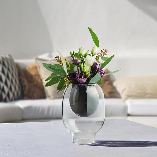 Le vase intérieur de couleur noire met particulièrement bien en valeur de petits bouquets.